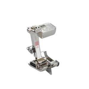 Questo piedino munito di guida è perfetto per impunturare bordi, orli e pieghe; ideale per montare pizzi o nastri o rinforzare bordi. La guida consente di eseguire alla perfezione cuciture e orli paralleli al bordo.